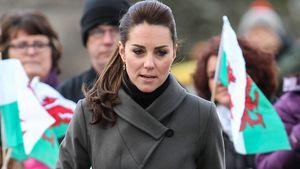 Herzogin Kate schaut in Richtung Boden