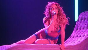 Jennifer Lopez sing und rekelt sich auf der Bühnen-Couch