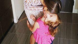 Jessica Alba gibt Tochter einen Kuss