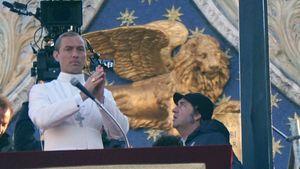 Jude Law betet als Papst