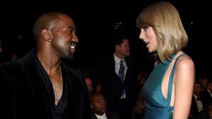 Kanye West grinst in Richtung von Taylor Swift