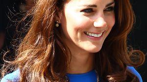 Kate Middleton im knallblauen Kleid