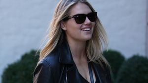 Kate Upton lacht mit Sonnenbrille