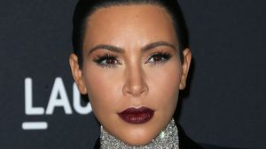 Kim Kardashian mit dunklem Lippenstift