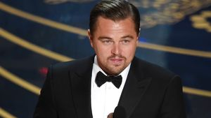 Leonardo DiCaprio hält seinen Oscar in der Hand