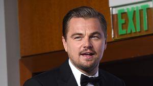 Leonardo DiCaprio lässig mit seinem Oscar