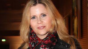 Michaela Schaffrath trägt einen karierten Schal