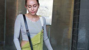 Miley Cyrus in Latzhose mit Radiotasche