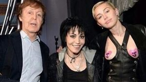 Miley Cyrus mit Herzen-Nippeln