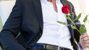 Oliver Sanne mit einer Rose in der Hand
