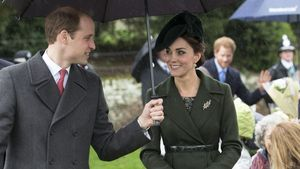 Prinz William hält Kate den Regenschirm