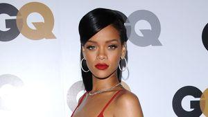 Rihanna guckt über ihre Schulter