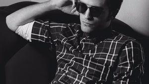 Robert Pattinson posiert im Hemd und mit Sonnenbrille