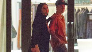 Selena Gomez hat ihre Hand auf Justin Biebers Schulter gelegt