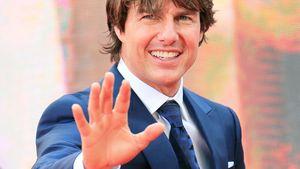 Tom Cruise streckt Hand von sich
