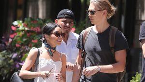 Vanessa Hudgens trägt sommerliches Weiß und Austin Butler einen lässigen Freizeitlook