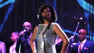 Whitney Houston in einem glitzernden Kleid