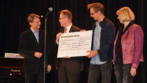 Wolfgang Bahro übergibt Scheck