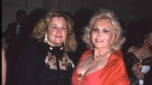 Zsa Zsa Gabor posiert neben ihrer Tochter Francesca Hilton