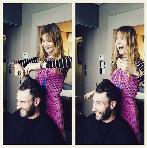 Behati schneidet Adam Levine die Haare