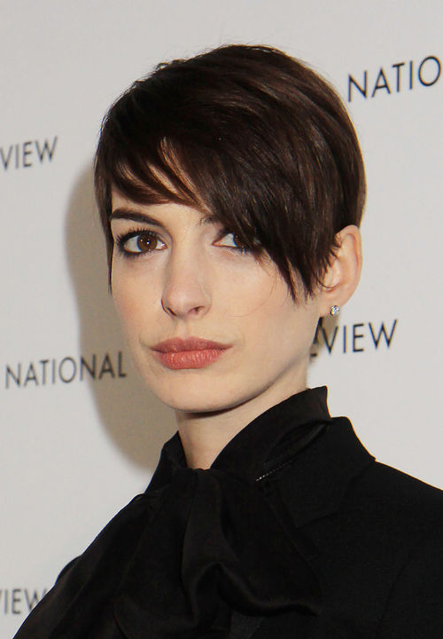 l sst anne hathaway ihre haare wieder wachsen. Black Bedroom Furniture Sets. Home Design Ideas