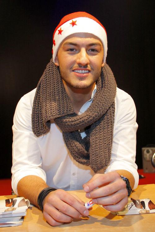 Ardian Bujupi ließ ein wenig Weihnachtsstimmung zur Autogrammstunde aufkommen