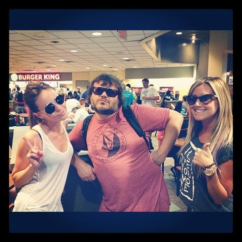Ashley Tisdale traf am Flughafen zufllig auf Jack Black