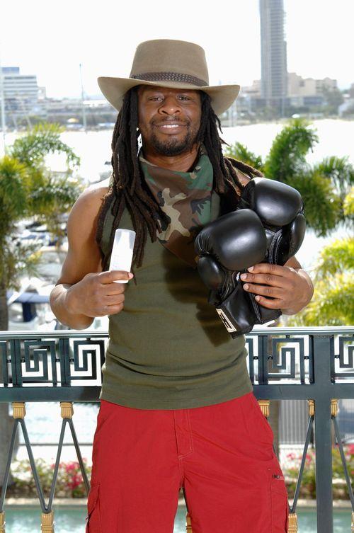 Die Promis dürfen Luxusartikel mit ins Camp nehmen - Mola Adebisi: Boxhandschuhe und Deo