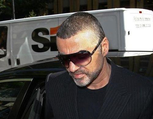 George Michael liegt mit einer Lungenentzündung im Krankenhaus