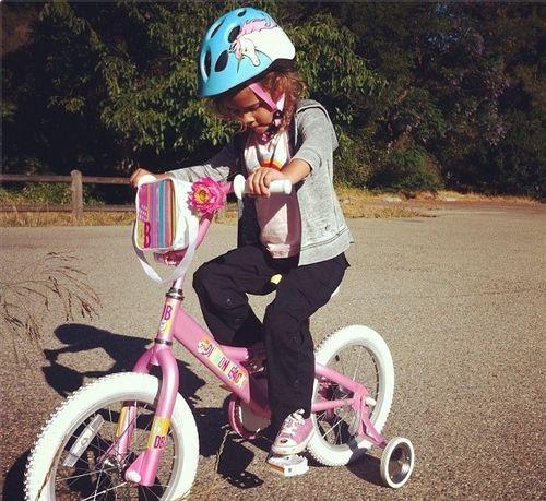 Honor Marie Warren lernt das Fahrradfahren