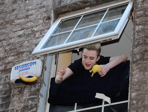 Jedward feuern mit bananen aus dem fenster