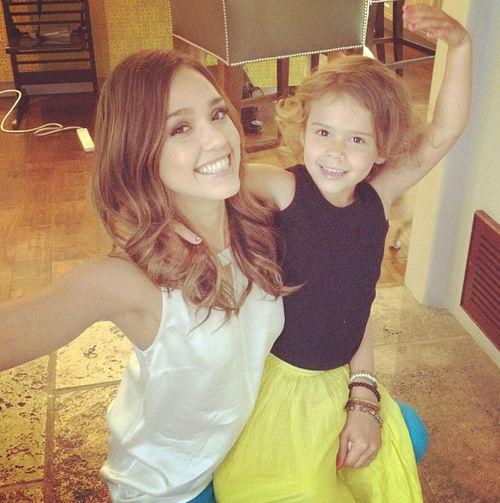 Jessica Alba wirft sich mit Tochter Honor in Pose
