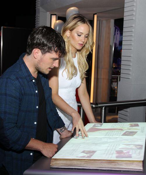 """Josh Hutcherson und Jennifer Lawrence sahen sich die """"Hunger Games""""-Ausstellung in New York an"""