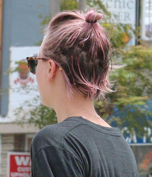 """Kaley Cuoco zeigte ihre rosafarbenen Haare im ungünstigen """"Wet Look"""""""