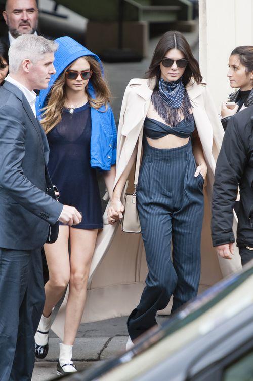 Kendall Jenner und Cara Delevingne zeigten sich so innig bei der Pariser Fashion Week