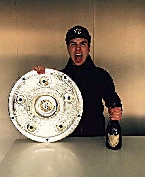 Mario Götze feierte direkt mit Champagner den Meistertitel