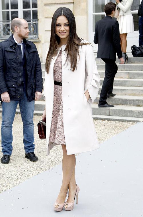Mila Kunis erschien bei der Paris Fashion Week in einem weißen Dior-Mantel