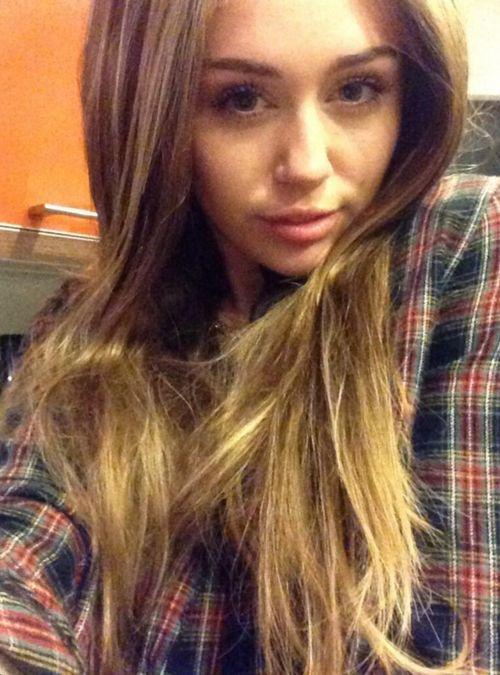 Miley Cyrus probiert schon einmal Perücken für Halloween aus