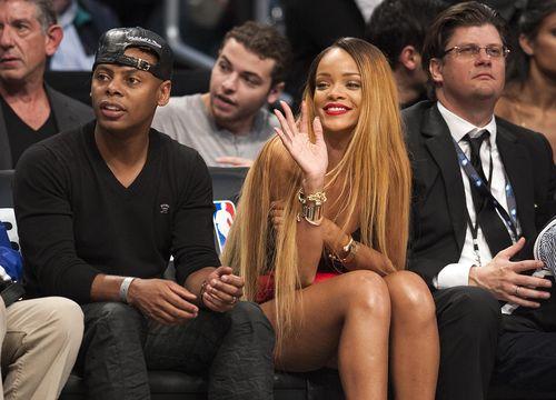 Bei einem Basketball-Spiel in New York präsentierte Rihanna ihren neuen Look