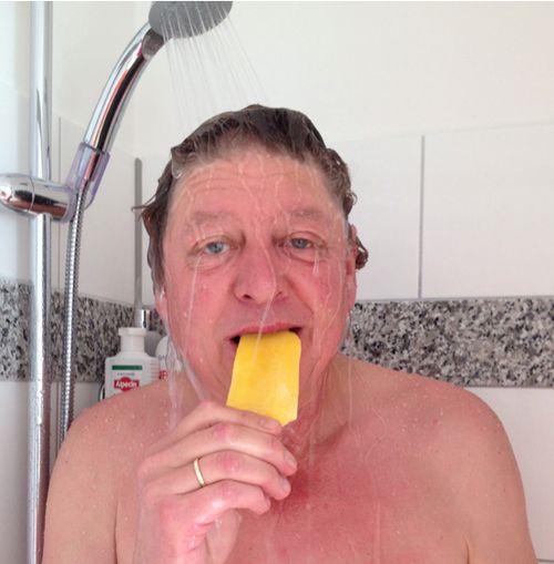 Walter Freiwald schlemmt Eis unter der Dusche