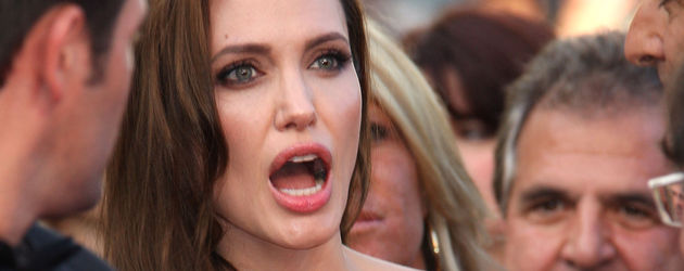 Angelina Jolie blickt erstaunt mit weit aufgerissenem Mund