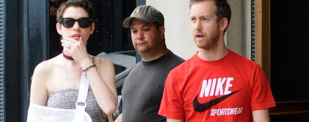 Anne Hathaway mit Arm in Schlinge und Freund