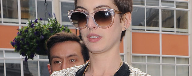 Anne Hathaway mit großer Sonnenbrille auf der Nase