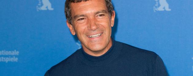 Antonio Banderas im blauen Pulli