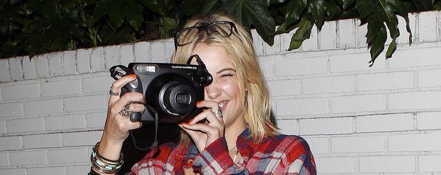 Ashley Benson mit einem Fotoapparat