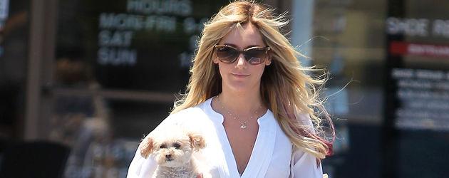 Ashley Tisdale hat ihren Hund auf dem Arm