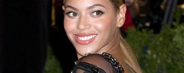 Beyoncé blickt über ihre Schultern