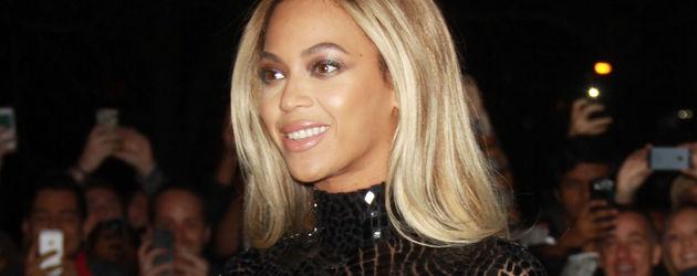 Beyoncé im Mini-Kleid auf Album-Release-Party