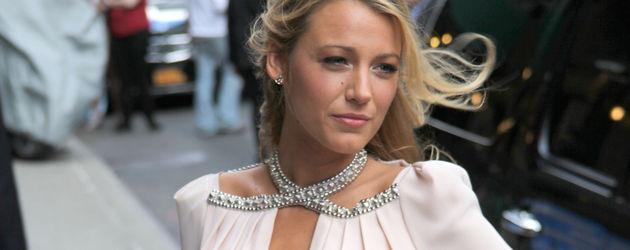 Blake Lively mit strassbesetztem Halsausschnitt