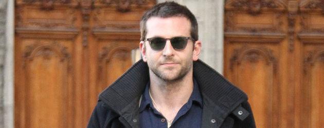 Bradley Cooper mit Sonnenbrille und gehend